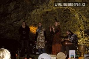 muzikohrani-muzikoterapie-ostrava-rytmy-zeme-didgeridoo-v-jeskyni-2013-130921-05